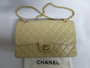【CHANEL】シャネル チェーンバッグをお嬢様に貸して返ってきたら・・・スレ傷補修 染め直しのご依頼です。
